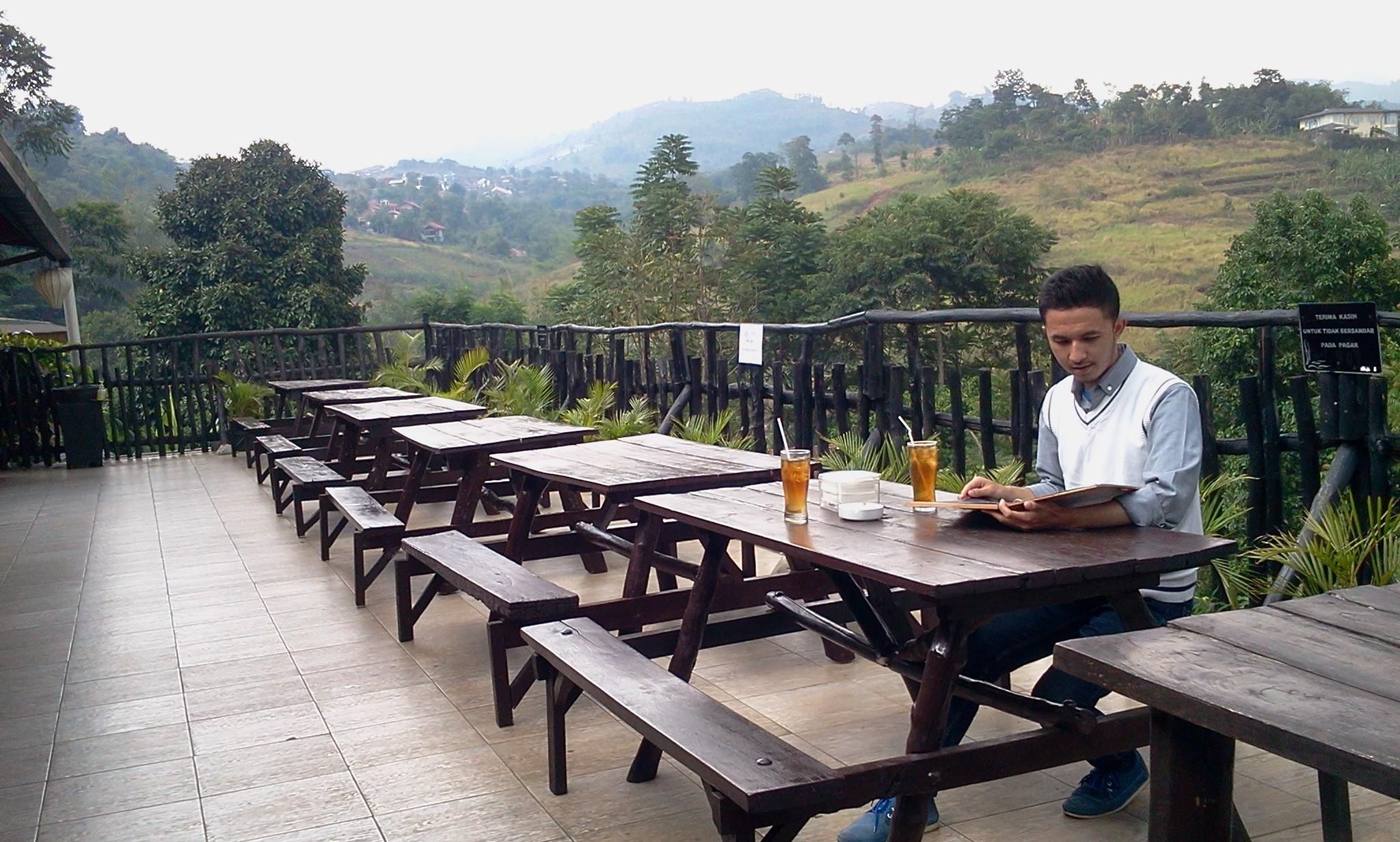 De'tuik Garden Cafe & Resto yang menyajikan pemandangan pegunungan dan kesejukan alami