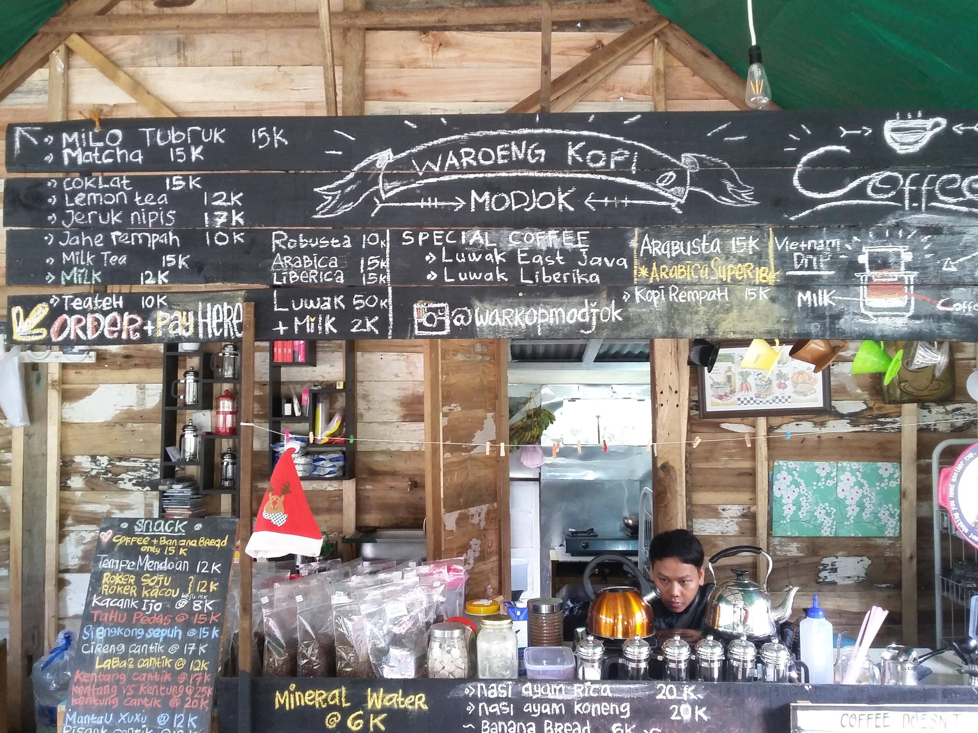 Warkop Modjok Bandung Si Caf  Kayu Unik yang Mojok